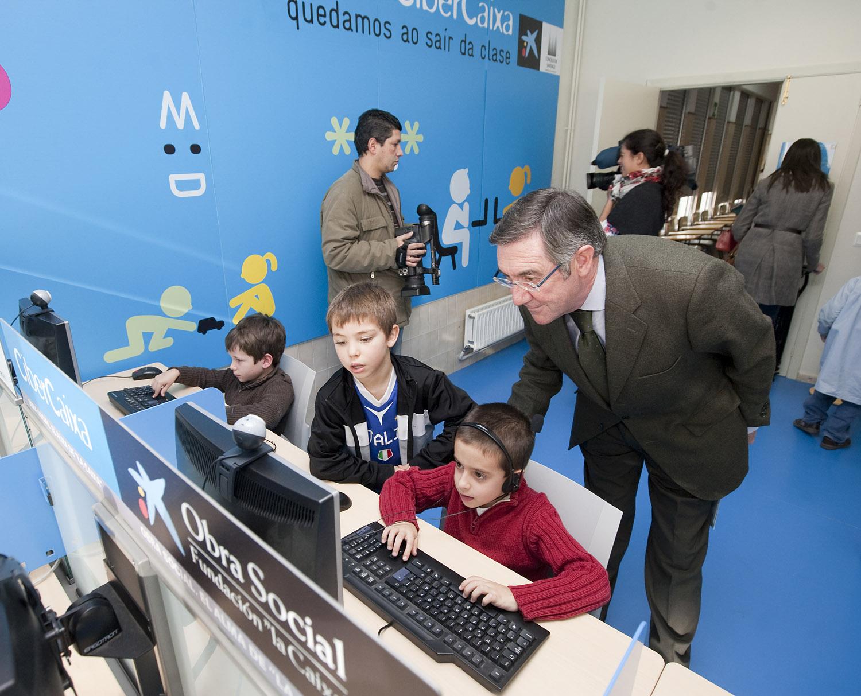 O concelleiro de Cultura, Ángel Currás, cos pequenos con motivo da apertura da CiberCaixa nunha anterior edición.