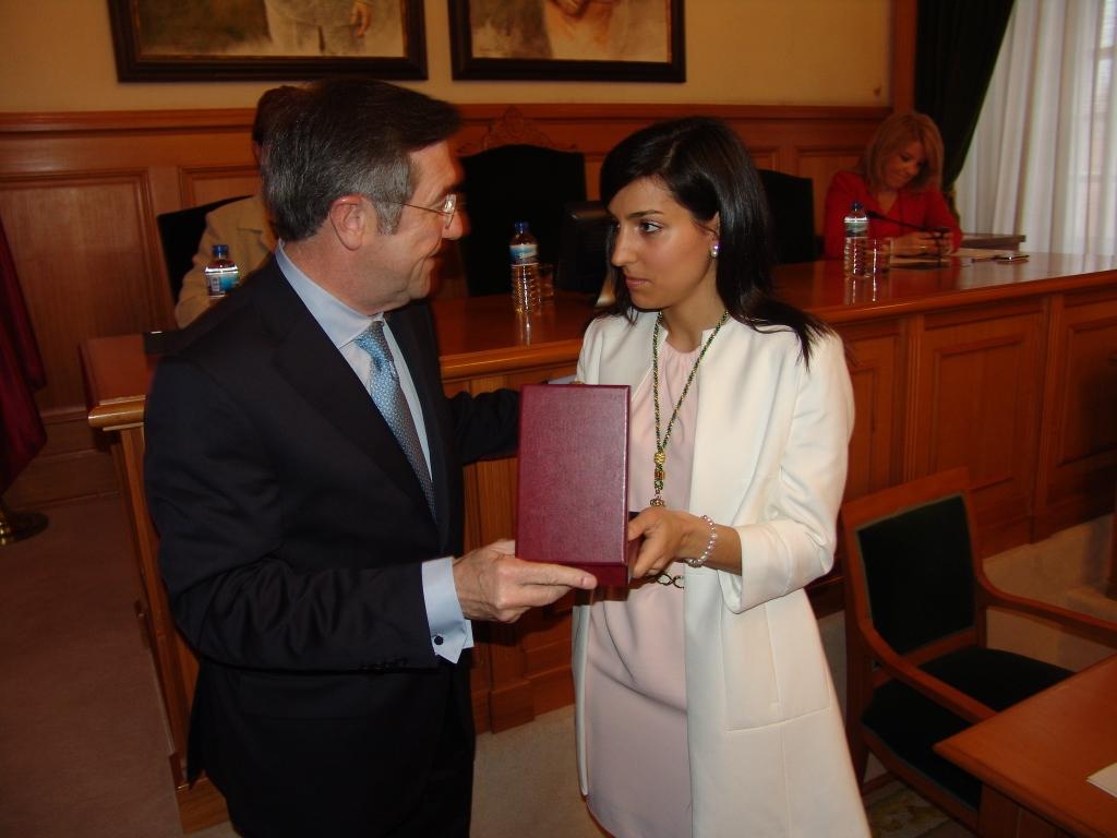 Rebeca Domínguez recibe a insignia como nova concelleira do alcalde, Ángel Currás.