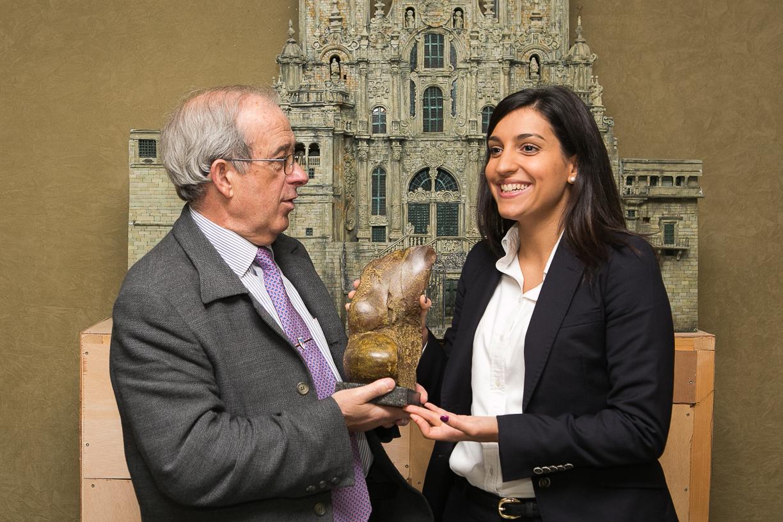 Jesús Asorey e Rebeca Domínguez sostendo a escultura de Acisclo Manzano que recibirán os galardoados.