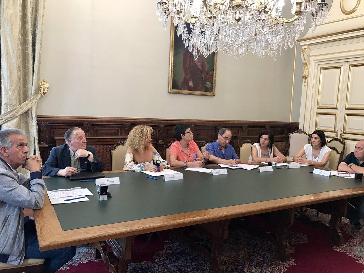 Sinatura do convenio entre as sete entidades e a concelleira de Políticas Sociais, Concha Fernández