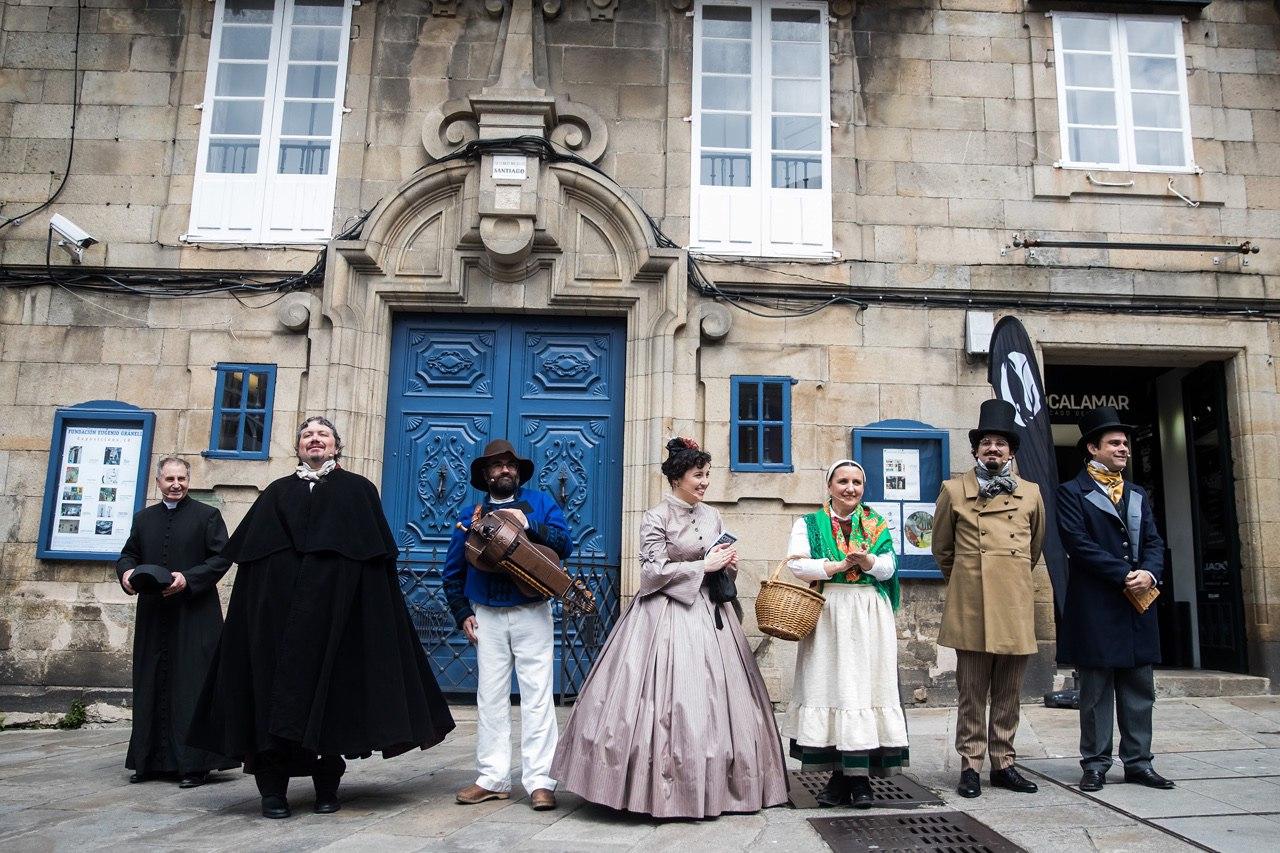 Todos os personaxes ao remate da actividade na praza do Toural.