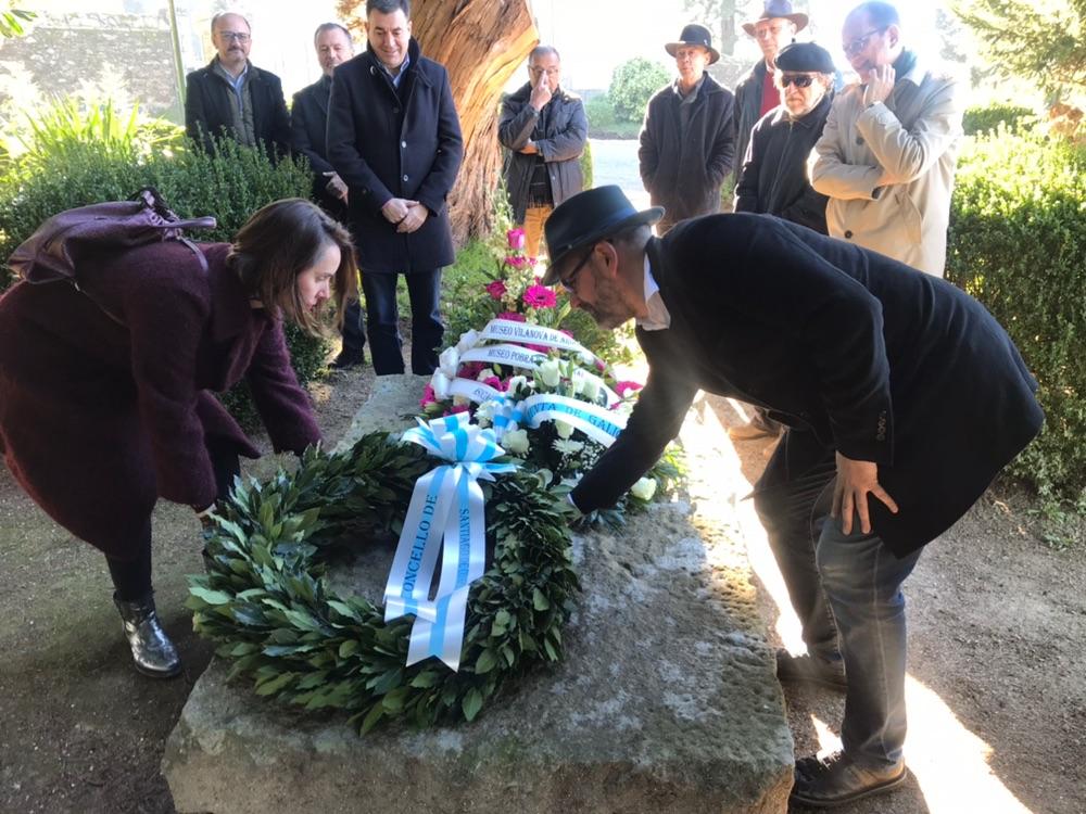 Martiño Noriega e Branca Novoneyra colocando a coroa de flores.