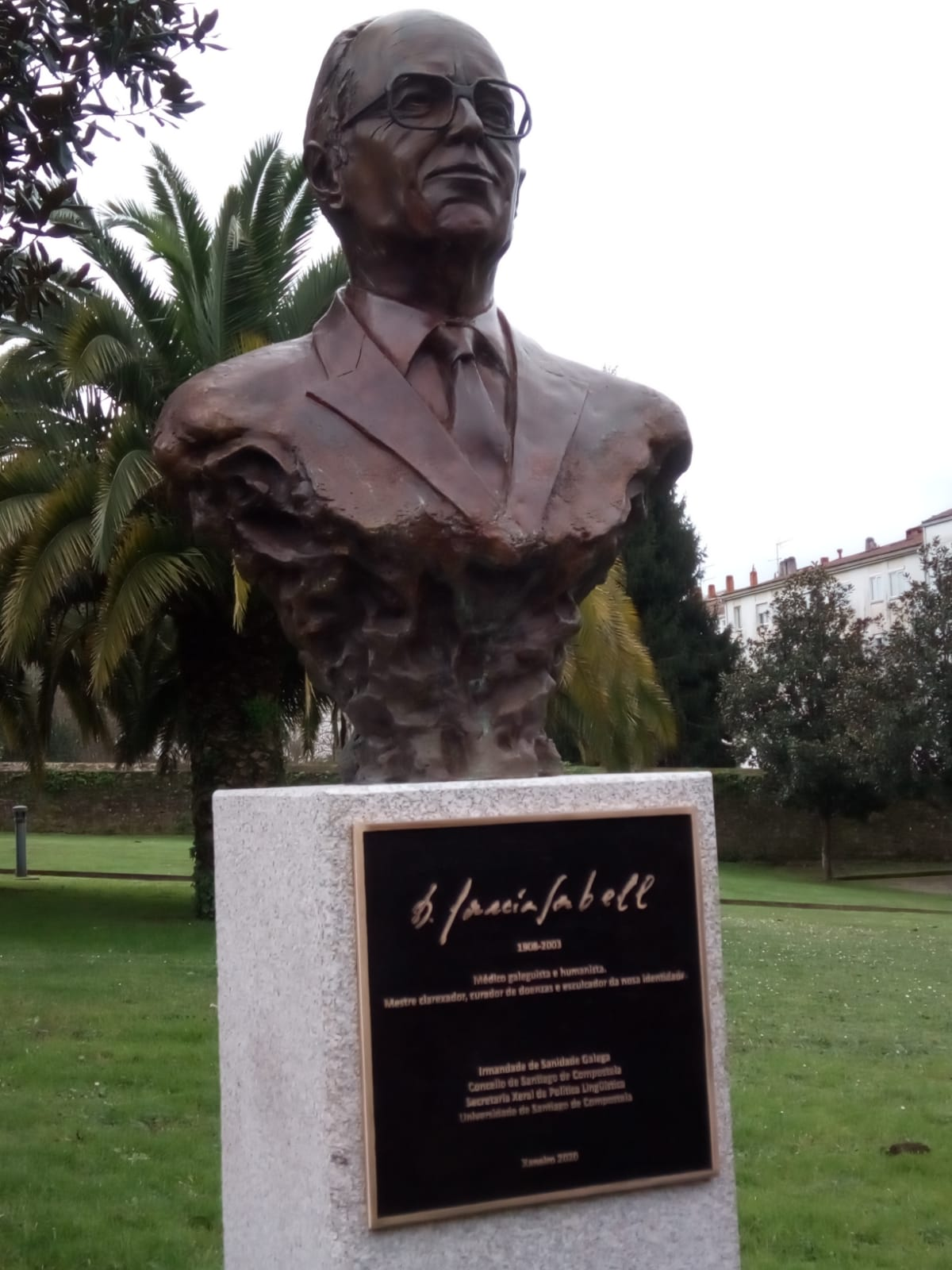 O busto e a placa dedicados a Domingo García-Sabell.