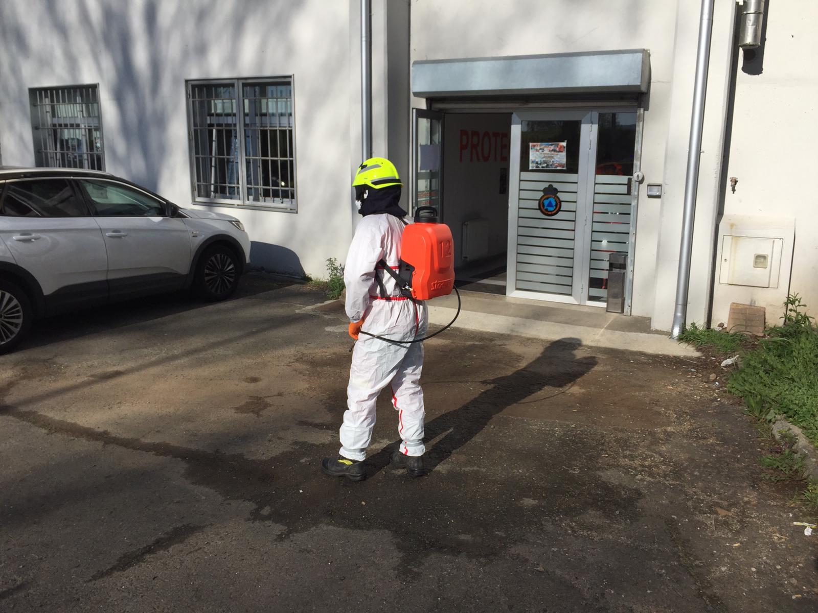 Desinfección no exterior das instalacións de Protección Civil en San Lázaro.
