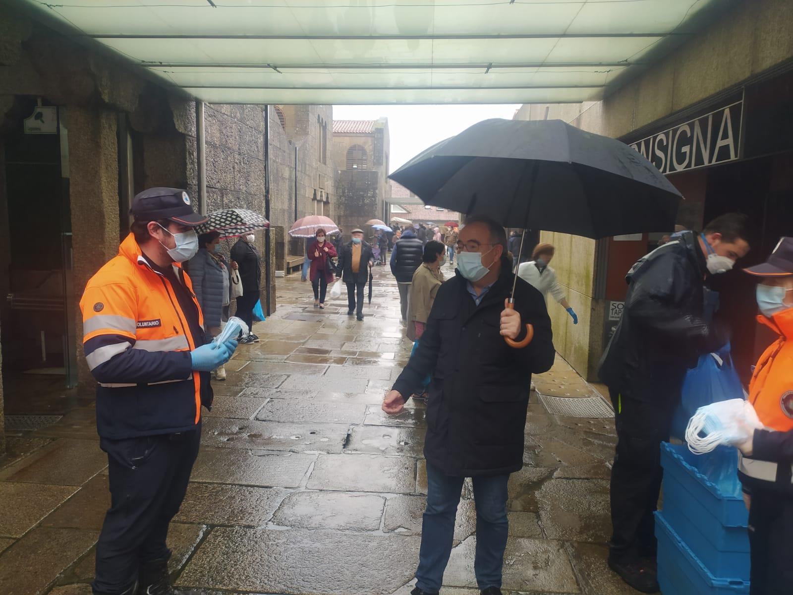 O alcalde cos voluntarios e voluntarias de Protección Civil durante a visita ao Mercado de Abastos.