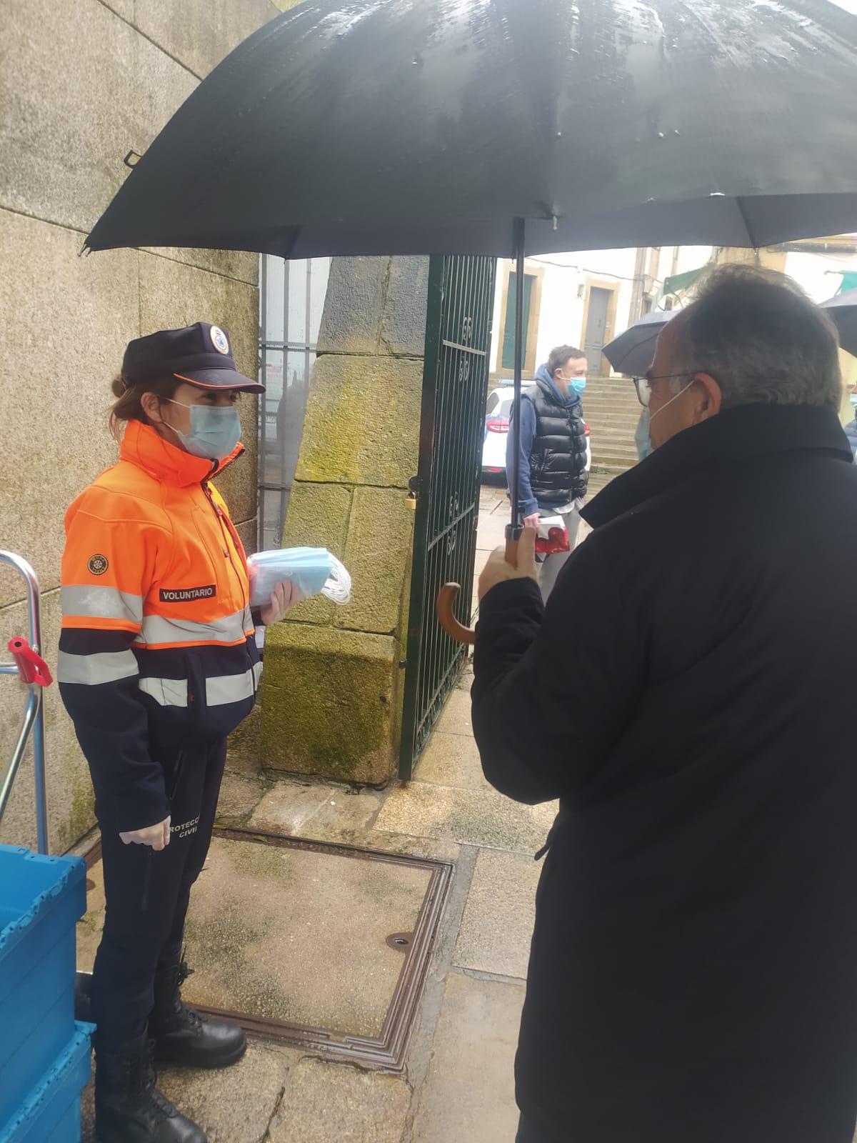 Sánchez Bugallo conversa cunha das voluntarias encargada do reparto de máscaras na praza de Abastos.