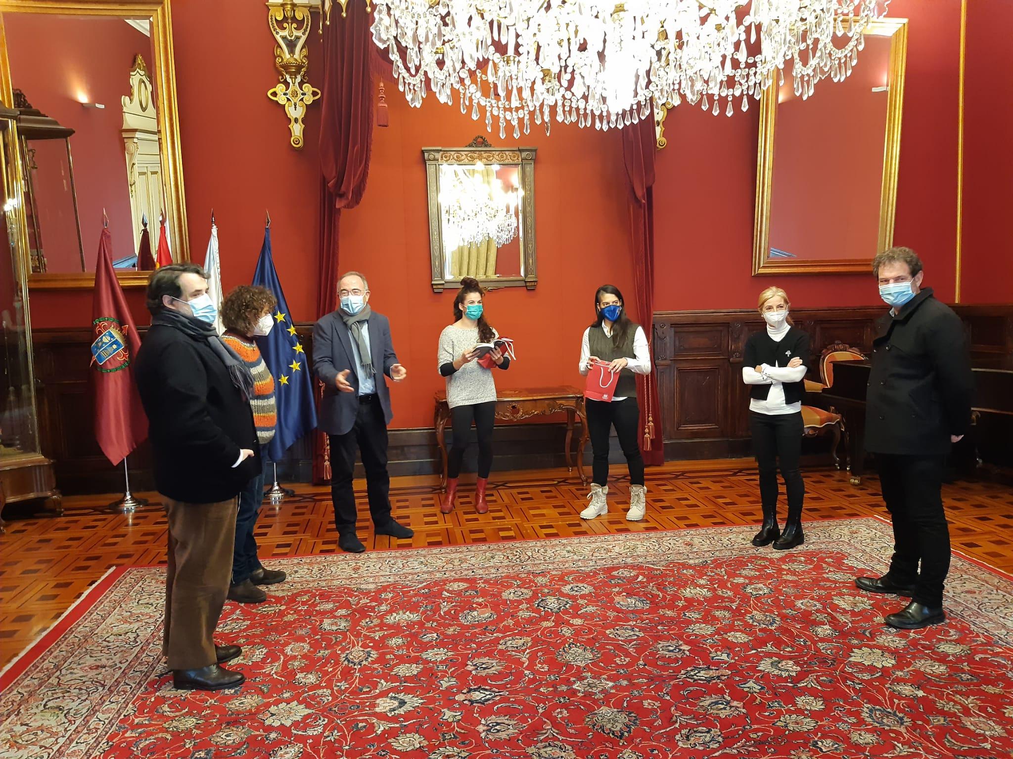 Durante a recepción, o alcalde entregoulle uns presentes a Estrella López e Ruth Lorenzo