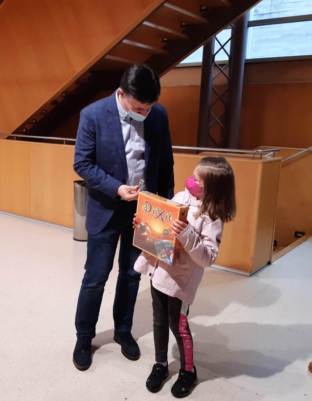 O concelleiro de CSC, Javier Fernández, entrega o premio na categoría infantil