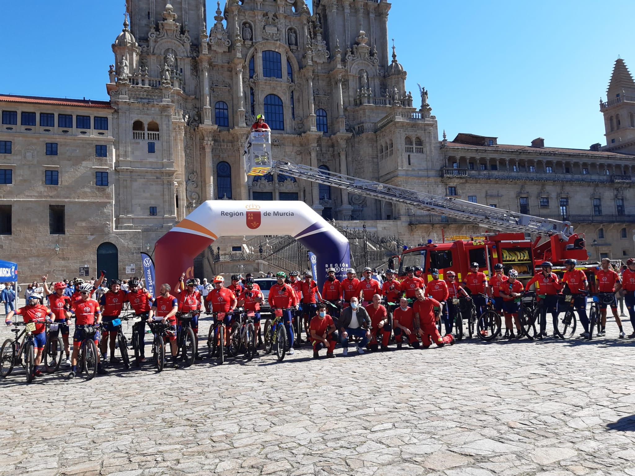 Foto de grupo co concelleiro Gonzalo Muíños e os bombeiros de Santiago